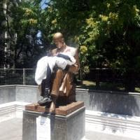 """Milano, la statua di Montanelli diventa """"Il vecchio e la bambina"""": la provocazione dell'artista Cristina Donati Meyer"""