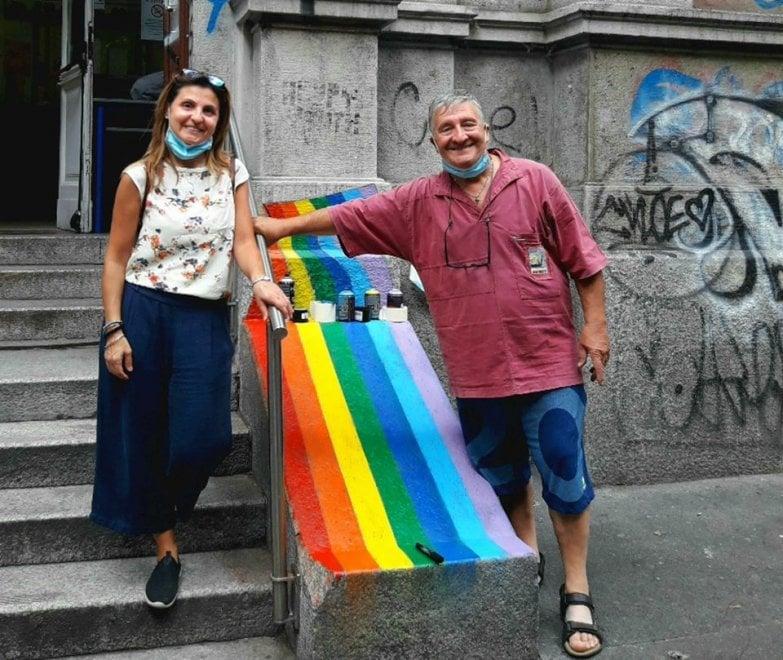 Milano, l'ex prof in pensione ricopre con l'arcobaleno gli insulti omofobi sulla sua scuola