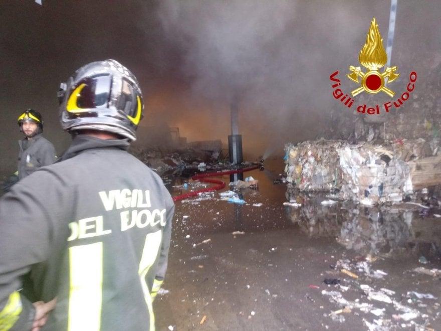 Rifiuti, a fuoco un'azienda per il trattamento di carta e cartone nel Milanese