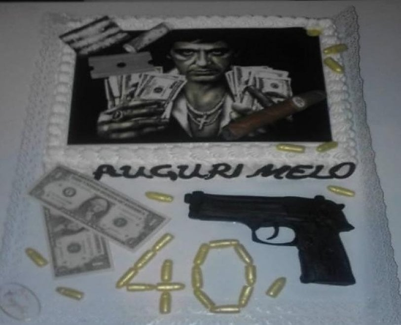 E sulla torta dei quarant'anni del figlio del boss Alfonso Pio pallottole vere e la faccia di Scarface