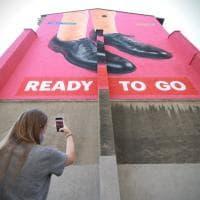 La ripartenza dopo il lockdown, la racconta il maxi murale della rivista fondata da Cattelan