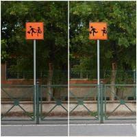 I bambini dei cartelli stradali non si danno più la mano: la street art interpreta i tempi del coronavirus