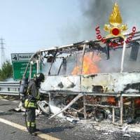 Minibus prende fuoco sulla A1: il conducente fa scendere i passeggeri, due persone leggermente ferite