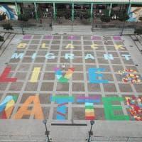 """""""Human Black Migrant Lives Matter"""": la scritta antirazzista in piazza Gramsci a Milano"""
