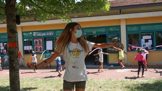 Coronavirus in Lombardia, all'aperto stop all'obbligo di mascherina se c'è distanza di sicurezza. E si può tornare a giocare a carte nei bar