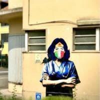 La dottoressa wonder woman sul muro di Codogno: la street art celebra l'impegno contro il Covid