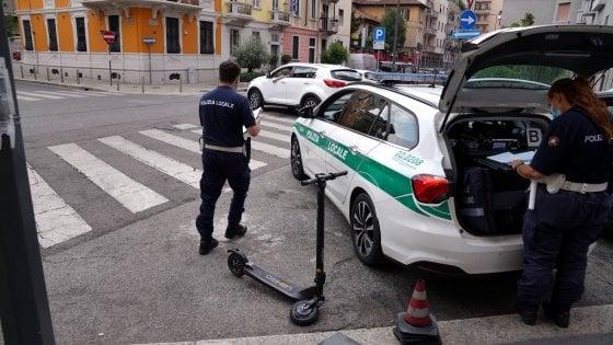 Donna in monopattino elettrico travolta da un furgone a Milano: è in gravissime condizioni