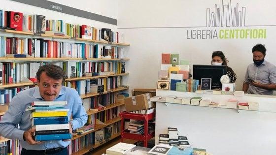 """Milano, l'attore Giacomo Poretti in libreria con il """"solito mattone polacco"""" fa il testimonial dei negozi di quartiere"""