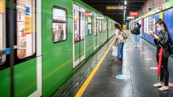 Milano, controlli nel metró: 13 persone trovate senza mascherina e multate. Devono pagare fino a 400 euro