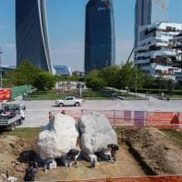 Milano, nel parco di Citylife spunta il bacio delle rocce