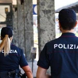 Rapinava i coetanei di smartphone e portafogli minacciandoli con un coltello: un 15enne arrestato e portato al Beccaria