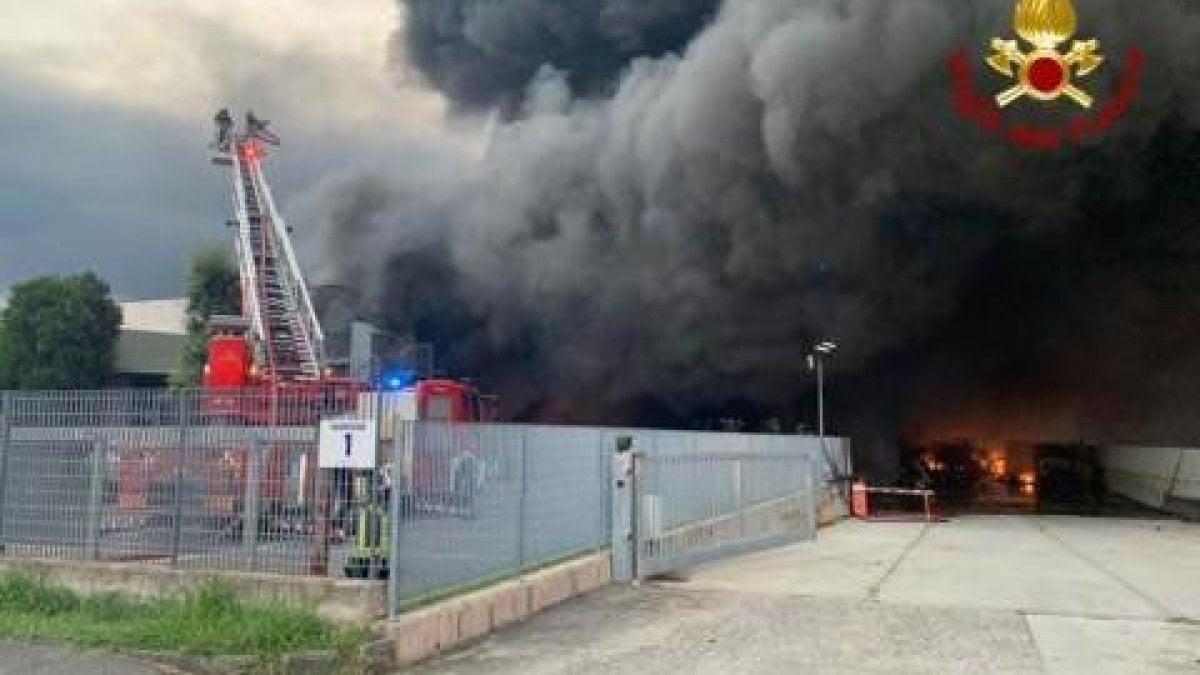 Brucia un capannone in provincia di Bergamo, cittadini costretti a restare a casa