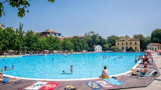 Milano e la fuga dalla grande afa, in 4.000 si tuffano nelle piscine