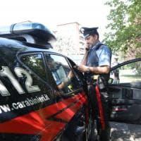 Con l'auto travolgono una pattuglia e scappano a piedi, feriti due carabinieri