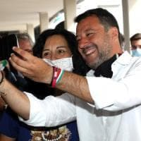 Salvini a Sesto San Giovanni, dopo i selfie regala la mascherina: