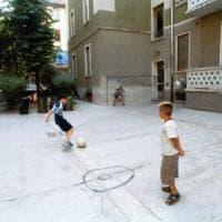 Sport e giochi per i ragazzini nei cortili delle case popolari, c'è anche