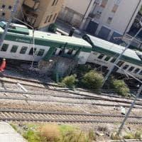 Treno deragliato a Carnate, le carrozze invadono anche la strada. Contuse tre persone