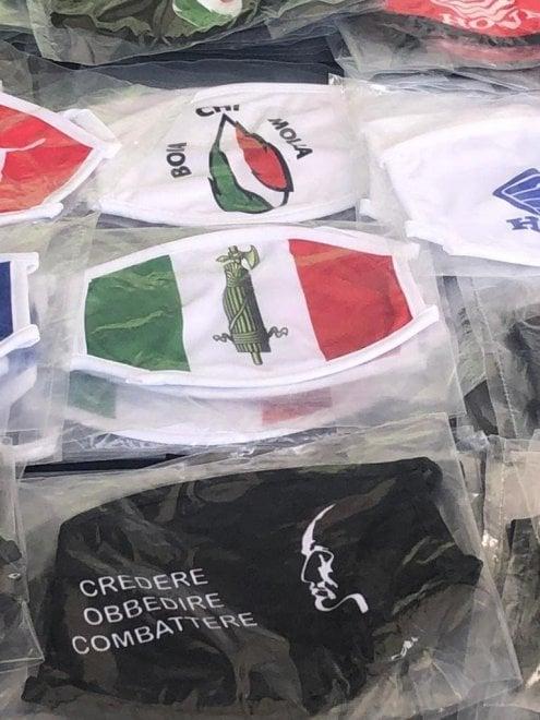 """Nella Bergamasca le mascherine fasciste in vendita al mercato. L'Anpi di Bergamo: """"Servono controlli"""""""