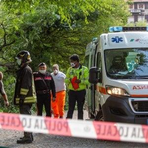 Incidente in un parco a Milano, un ramo si stacca e cade su una panchina: grave una 57enne, fratture alle caviglie