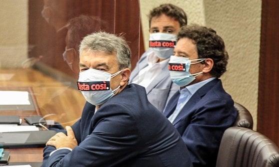 """Al Pirellone la discussione sulla sfiducia a Fontana per la gestione dell'emergenza Covid. Fuori il cartello con la scritta """"Assassino"""""""
