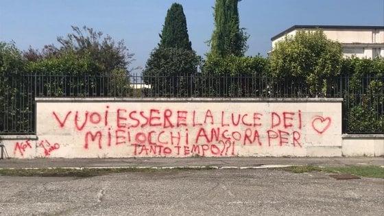 """Imbratta il muro del cimitero con una dedica alla sua ragazza. Il parroco ironizza: """"Mollalo"""""""