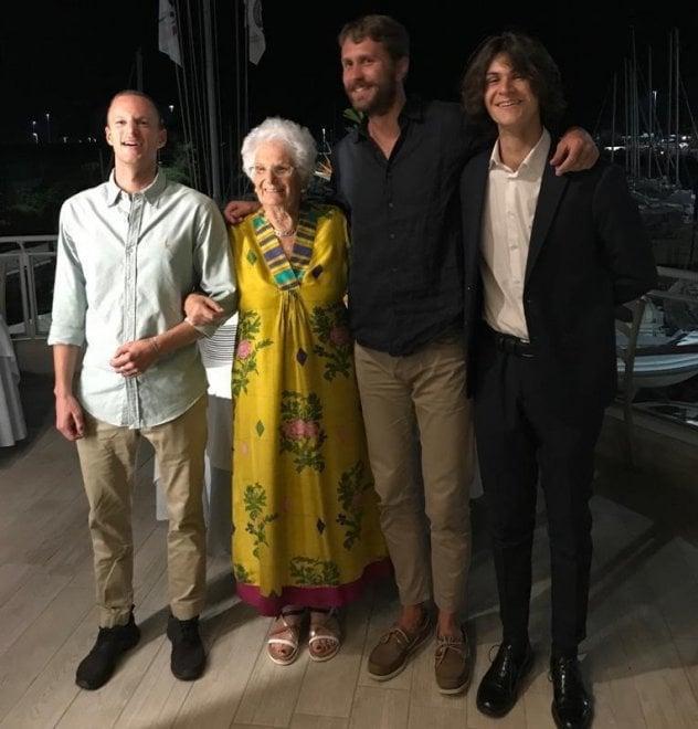 Liliana Segre, festa in famiglia per i suoi 90 anni: la foto ricordo con i suoi nipoti