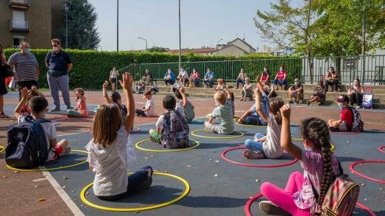 Il virus entra a scuola: quattro classi chiuse e bambini a casa nel Milanese. Continua la caccia a 16mila supplenti