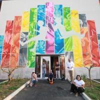 """L'altalena e l'arcobaleno: il nuovo murale """"condiviso"""" di Orticanoodles a Quarto Oggiaro"""