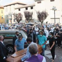 Funerali di don Roberto Malgesini: la chiesa di Regoledo, in Valtellina, piena di fedeli