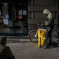 Rider si difende con la catena della bici durante una rissa stradale: automobilista