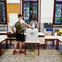 Gel, mascherine e distanziamento: i seggi a Milano per il referendum in versione anti-covid