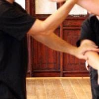 Picchia e colpisce il padre con una picozza mentre si allenano: