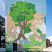 Il lupo che invita al coraggio e al rispetto della natura: il nuovo maxi murale in via Palmanova a Milano