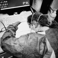 Festival della Fotografia Etica a Lodi: dallo scatto simbolo dell'infermiera stanca al reportage dal lockdown