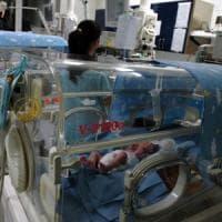 Nati prematuri, avevano le incubatrici vicine: si ritrovano nella stessa