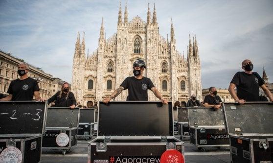 La protesta dei lavoratori dello spettacolo a Milano: 500 bauli schierati in piazza Duomo