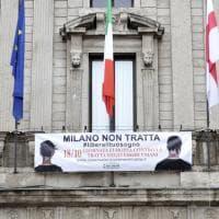 """""""Milano non tratta"""": su Palazzo Marino lo striscione contro lo sfruttamento di esseri umani"""