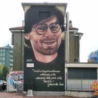 Un murale per ricordare Giancarlo Siani, il cronista vittima della camorra: a Buccinasco l'iniziativa contro le mafie