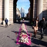 """""""Mi amerai ancora domani?"""", una distesa di cuori trafitti nell'installazione in piazza 25 Aprile"""