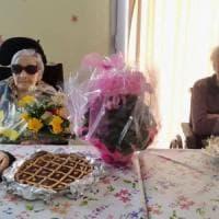 Festeggia i suoi 107 anni in una casa di riposo, accanto a lei ha voluto