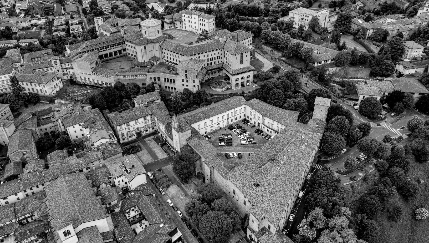 Le insolite visioni di Bergamo dall'alto: cento foto per scoprire gli scorci inediti della città