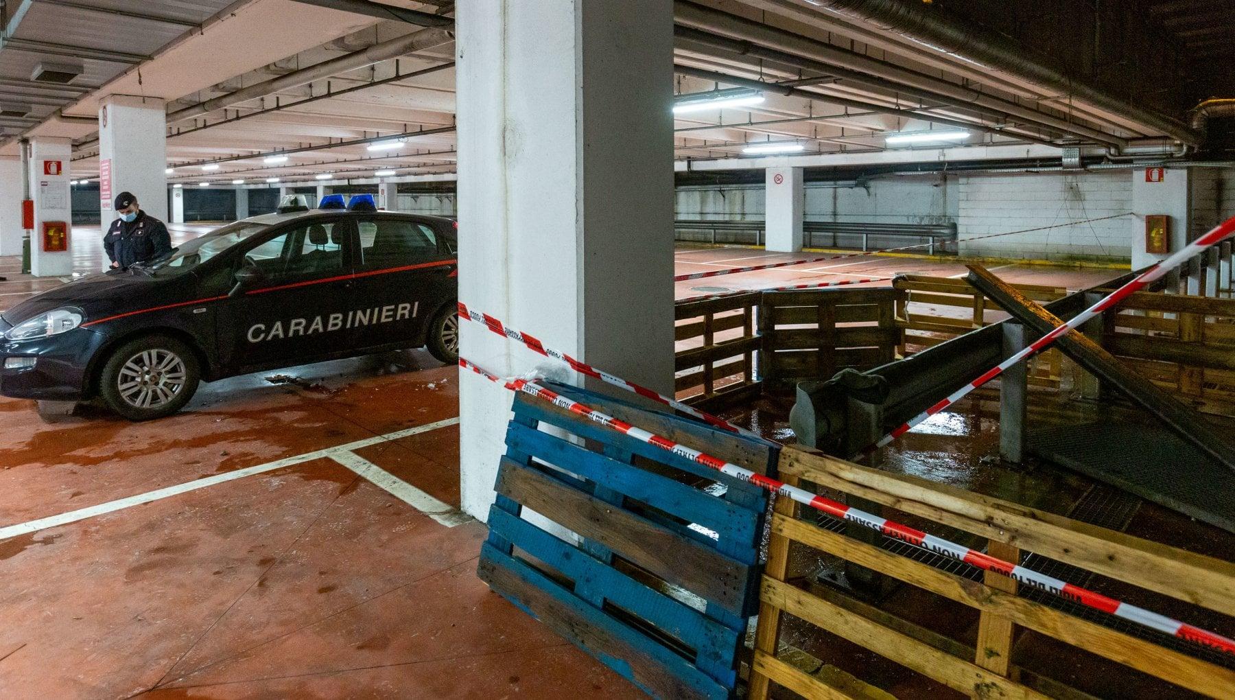 Milano, cede grata di aerazione nel parcheggio di un centro commerciale: due uomini cadono nel vuoto