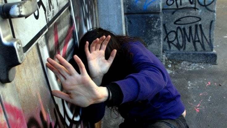 Tenta di violentare una ragazza scesa dal bus, uomo affacciato al balcone chiama le forze dell'ordine: arrestato
