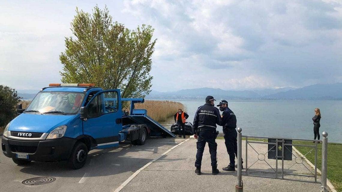 Parcheggia la Ferrari ma la lascia in folle: l'auto finisce nel lago di Garda