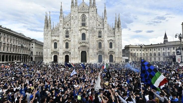 """L'Inter è campione d'Italia: i tifosi si riversano in piazza Duomo. La  società: """"Siate responsabili"""". E Confcommercio insorge - la Repubblica"""