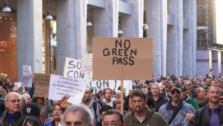 Corteo No Green Pass a Milano, 15mila manifestanti bloccano il centro: 16 identificati e...
