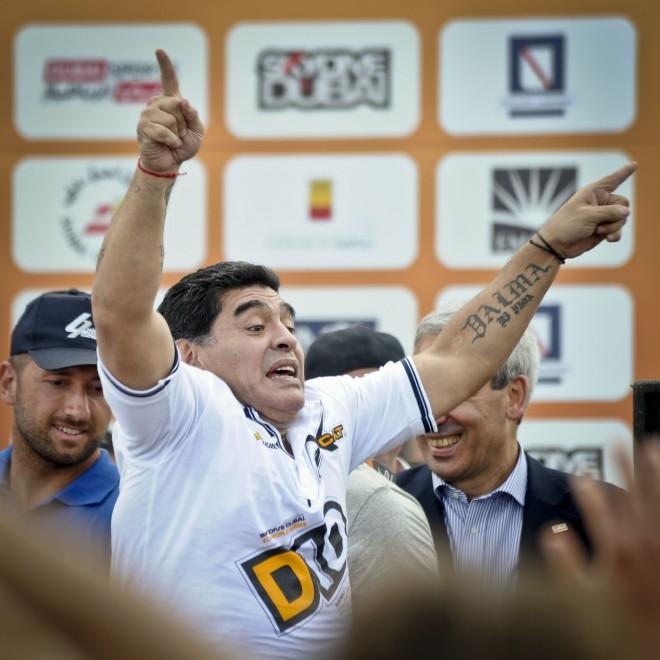 Maradona a Napoli mette il casco e fa il pilota offshore ...