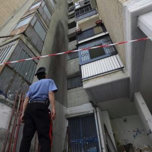 """Caivano, bimba morì """"cadendo dal balcone"""", ma ora si indaga per omicidio e violenza sessuale"""