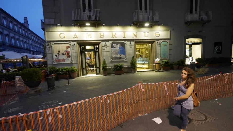 Piovono pietre anche davanti al Gambrinus, transennato lo storico bar