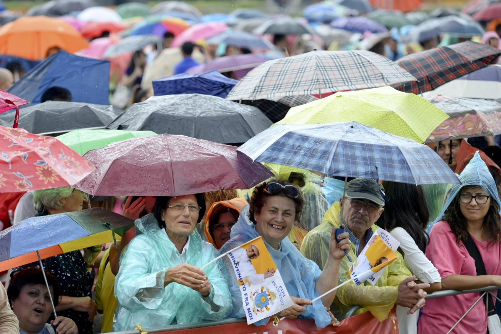 Striscioni, gadget e numeri al lotto, attesa a Caserta per papa Francesco